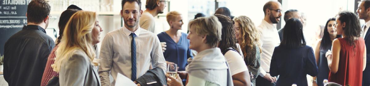 Gente conversando en un evento