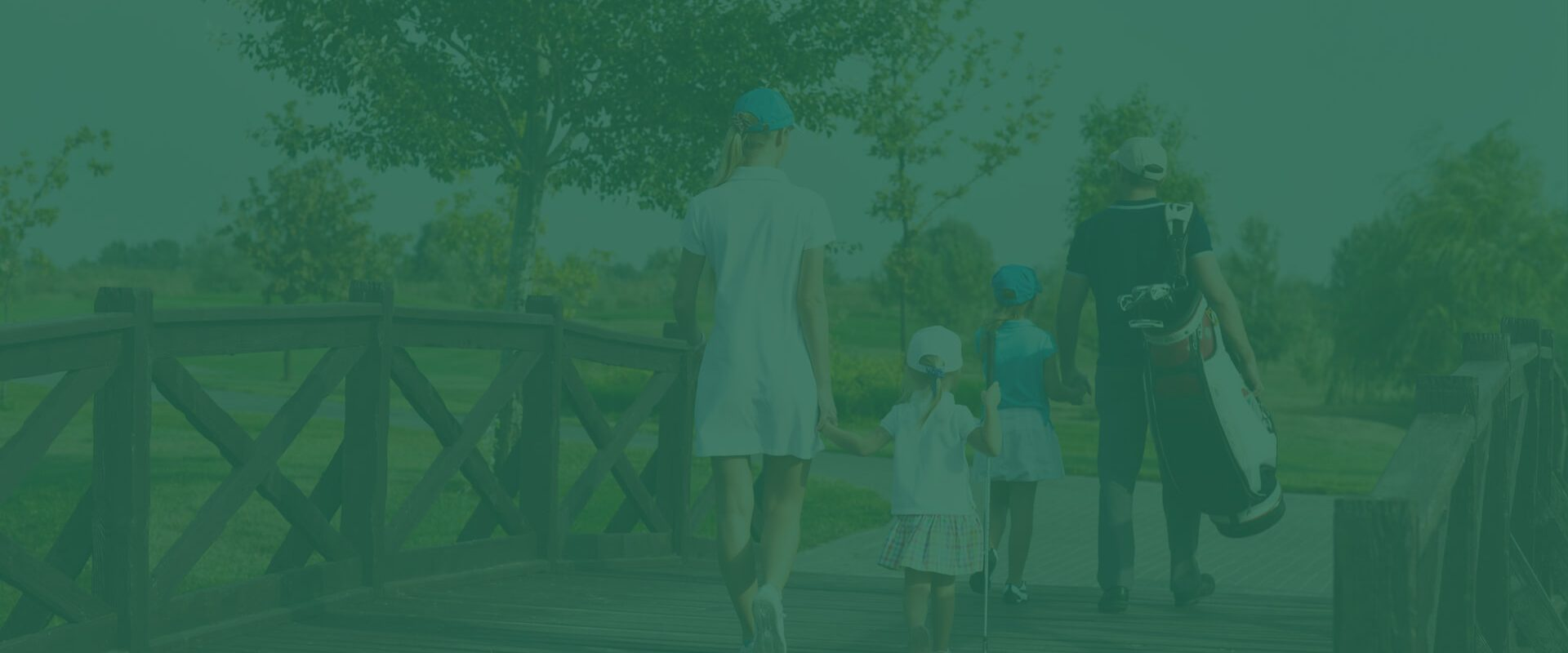 familia caminando or campo de golf