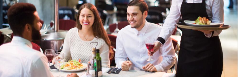 parejas comiendo en restaurante