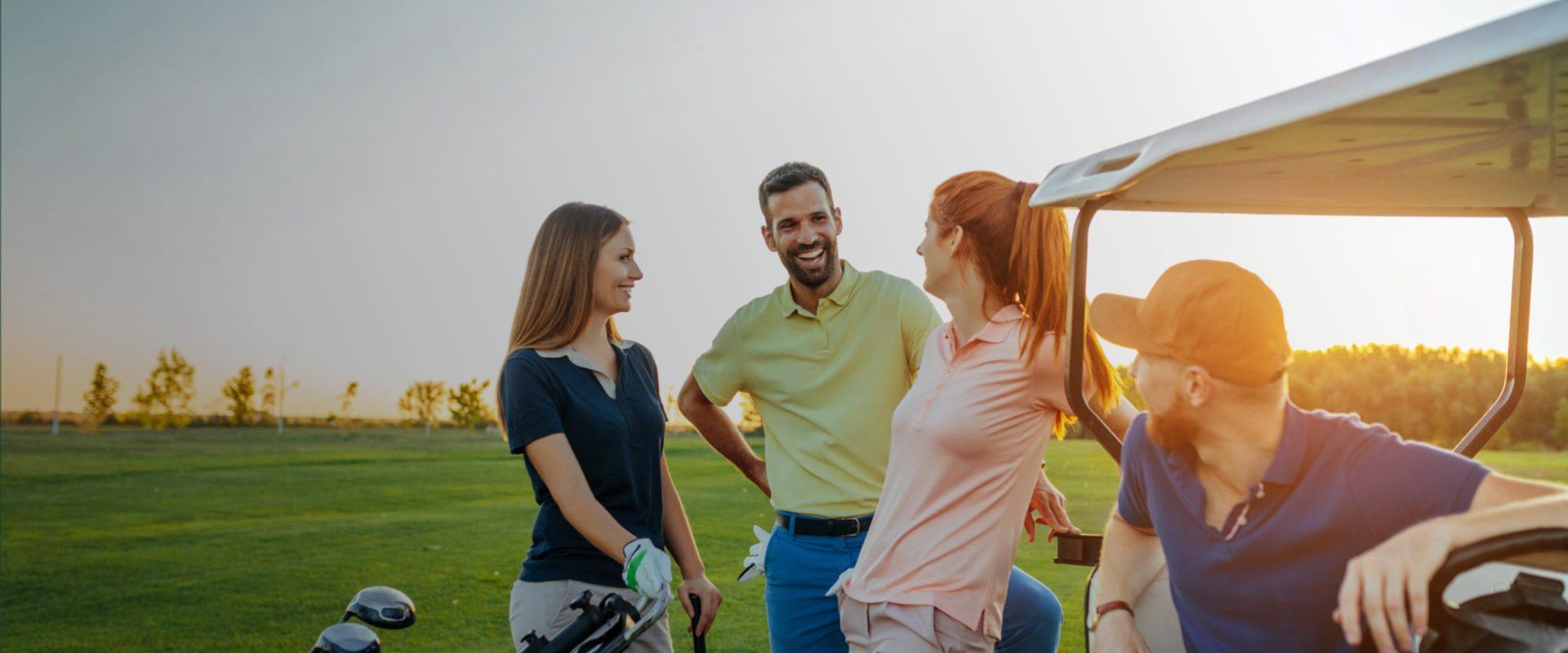 parejas conversando en campo de golf
