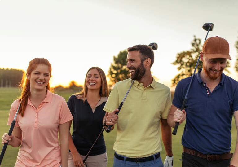 parejas con palos de golf, caminando y conversando