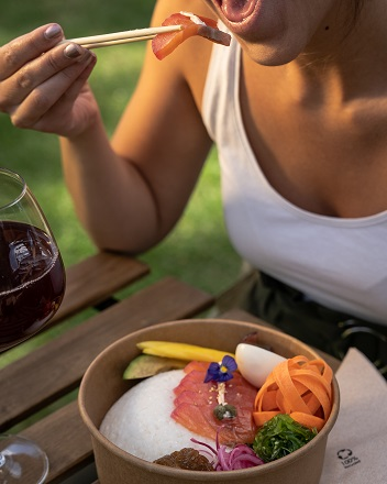 mujer comiendo healthy food en zona verde