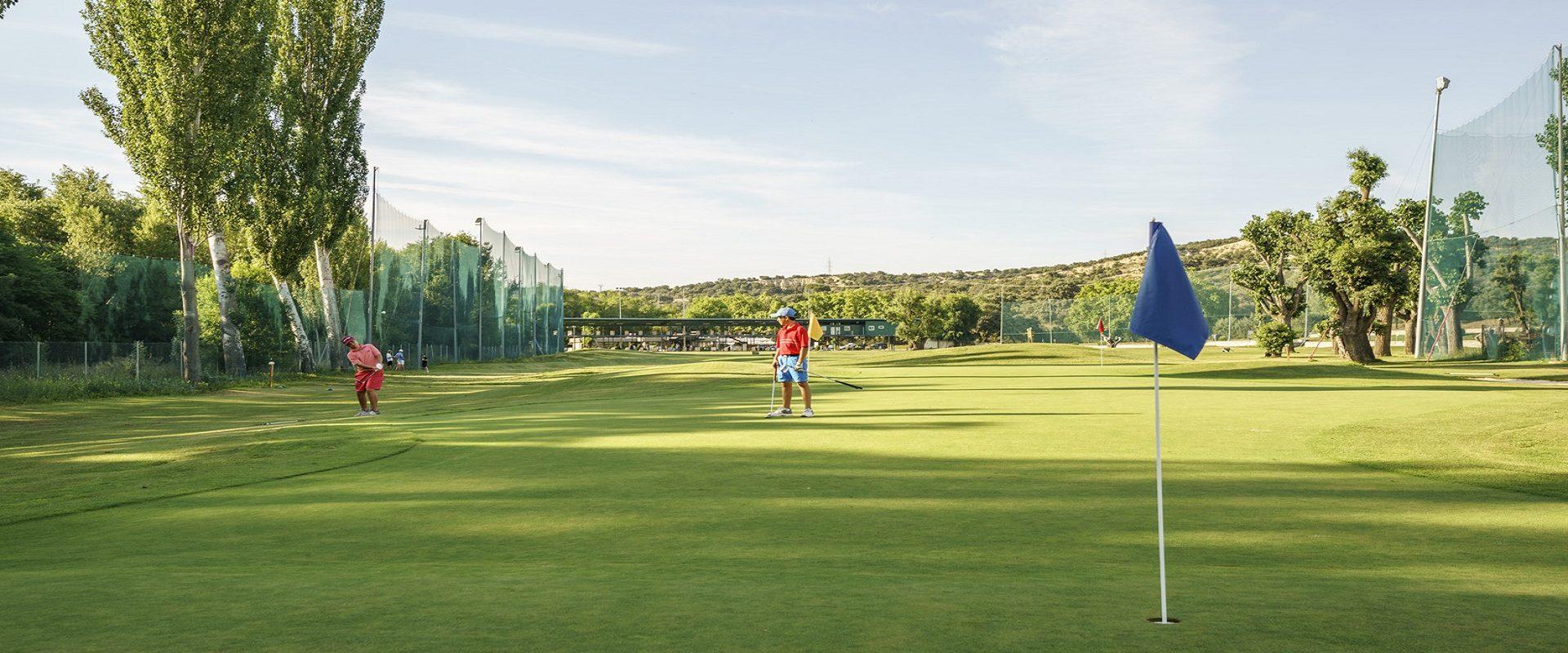 niños jugando a golf buscando el green