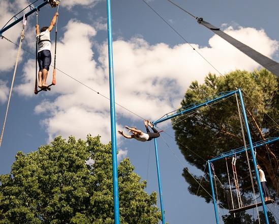 personas practicando trapecio