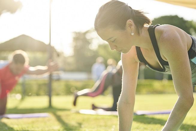 taller de yoga en la piscina