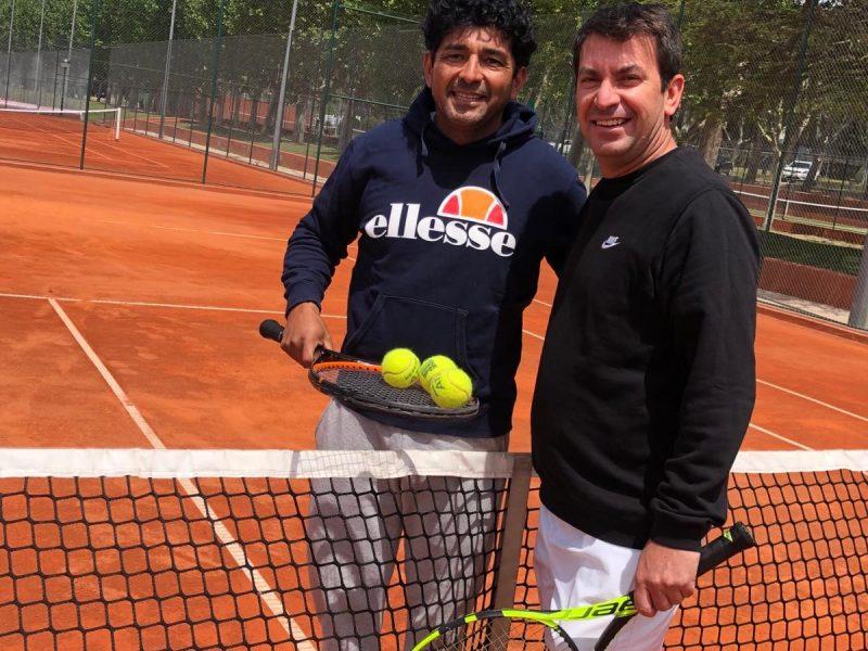 Carlos Castillo dando clase de tenis a Arturo Valls en pista de tierra batida