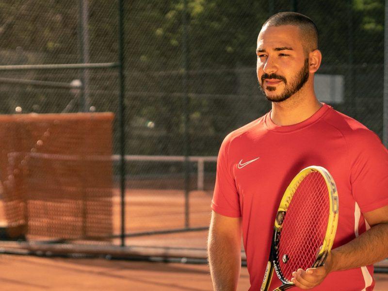 jugador de tenis preparado para jugar en pista de tierra batida