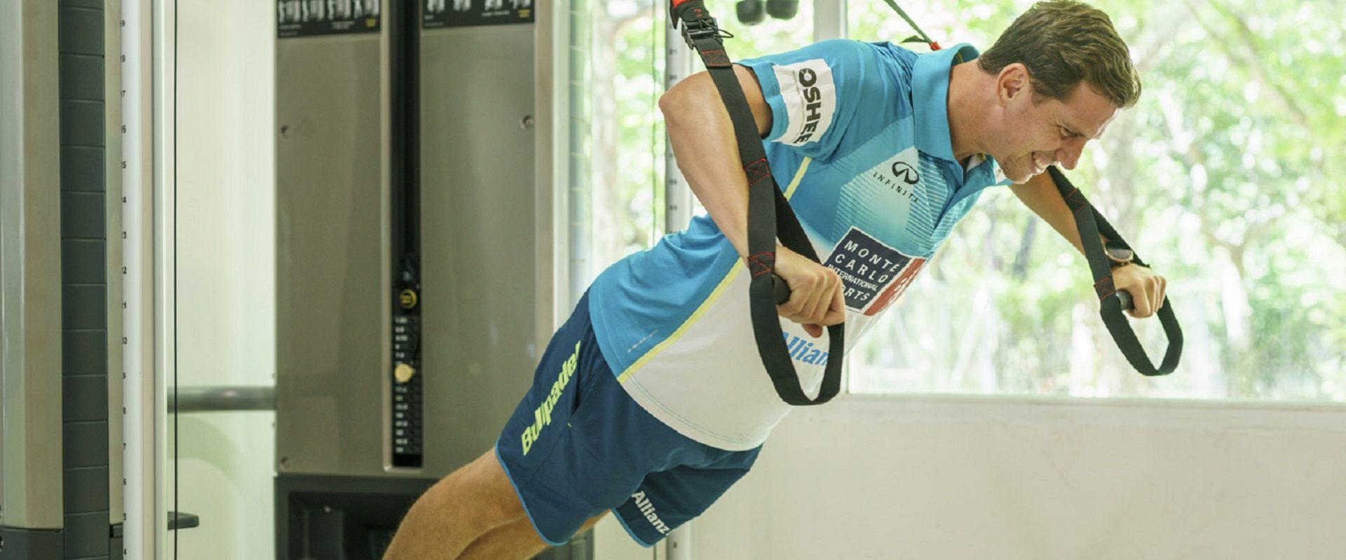 Paquito Navarro entrenando en el gimnasio con TRX