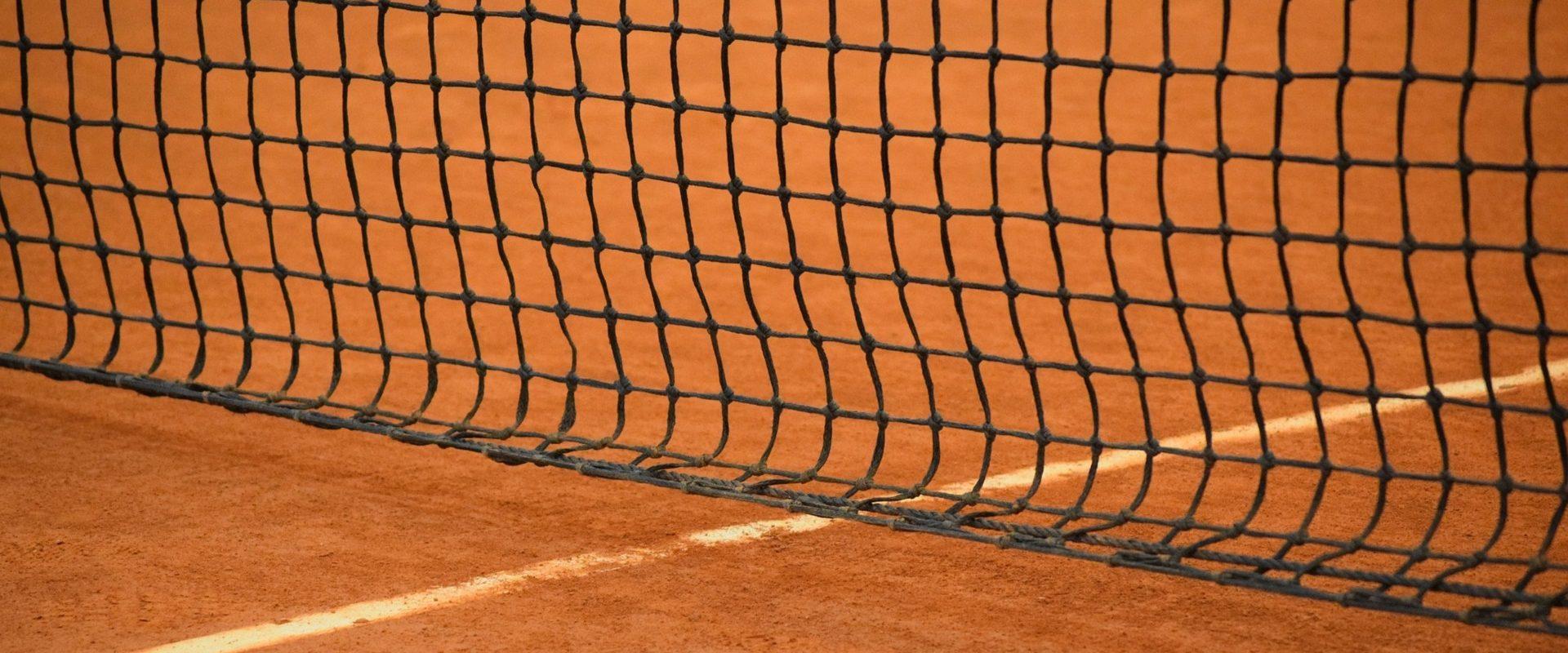 red de pista de tenis de tierra batida