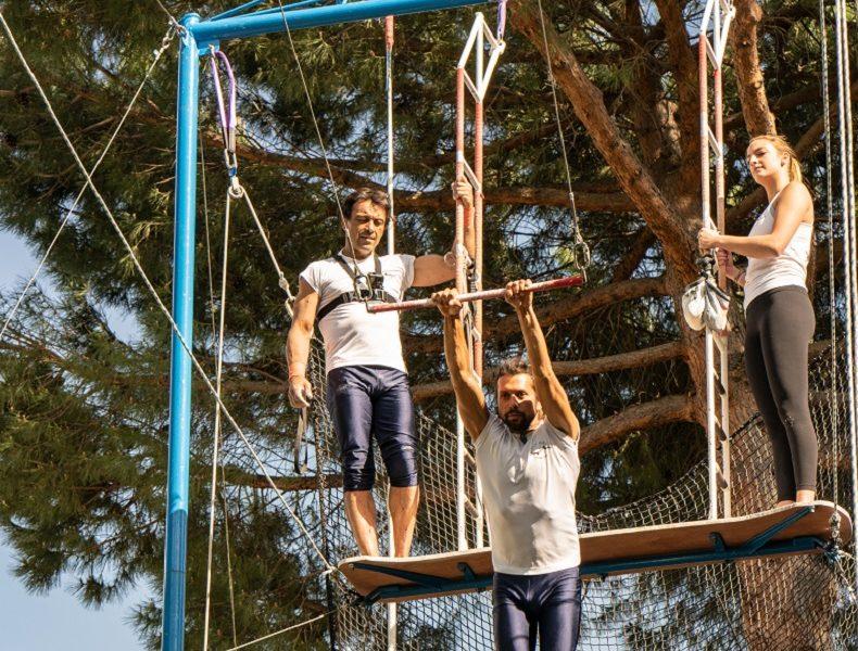 tres trapecistas haciendo ejercicios