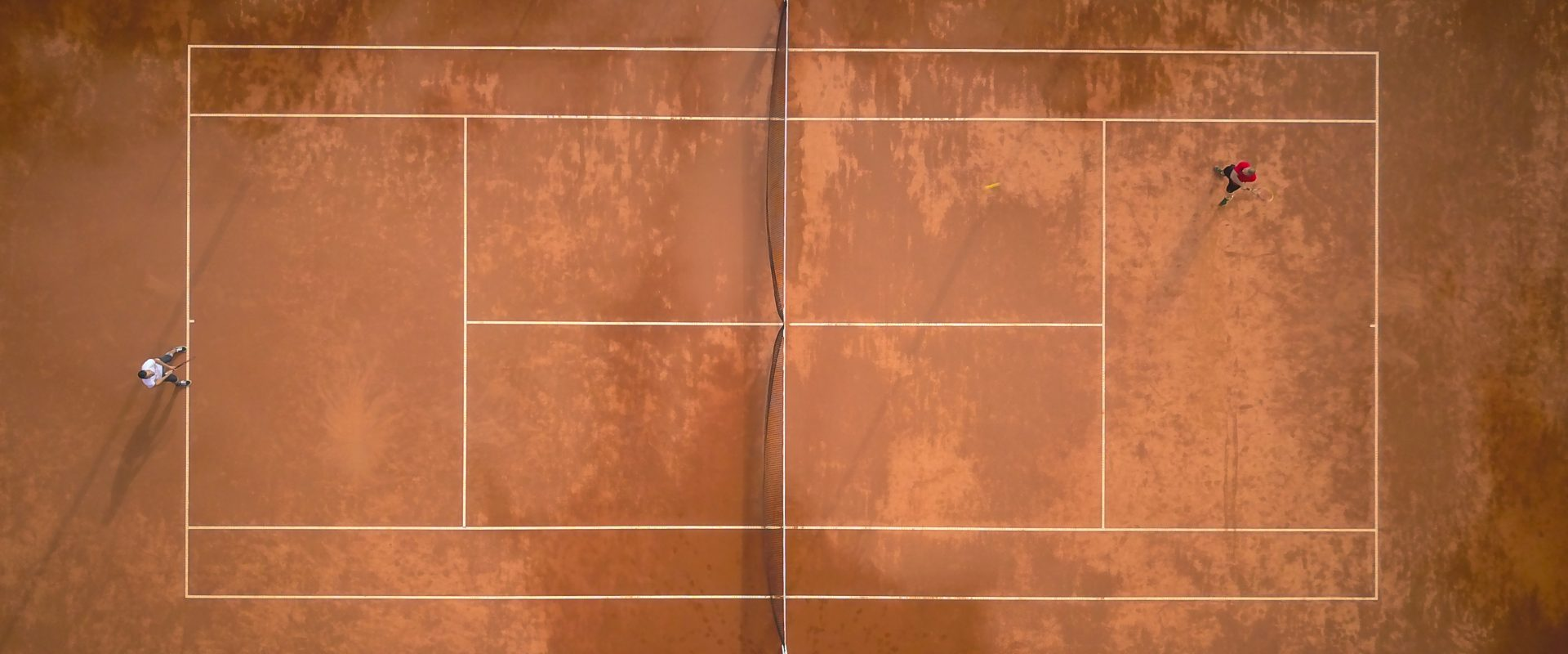 vista aérea de pista de tenis de tierra batida