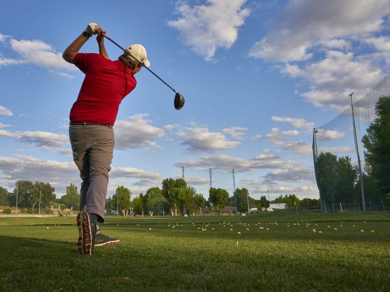Jugador de golf golpeando la pelota