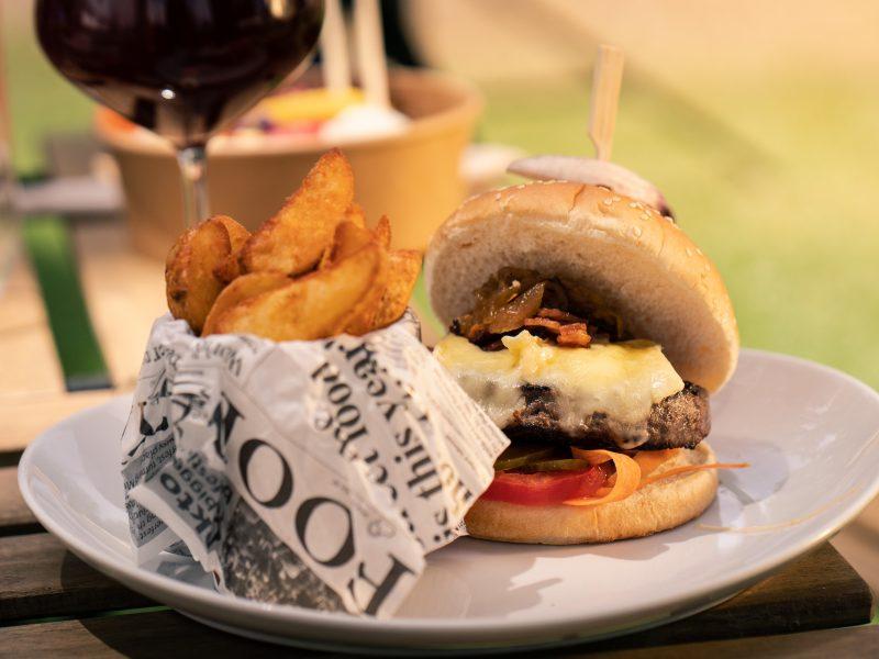 hamburguesa con patatas en plato