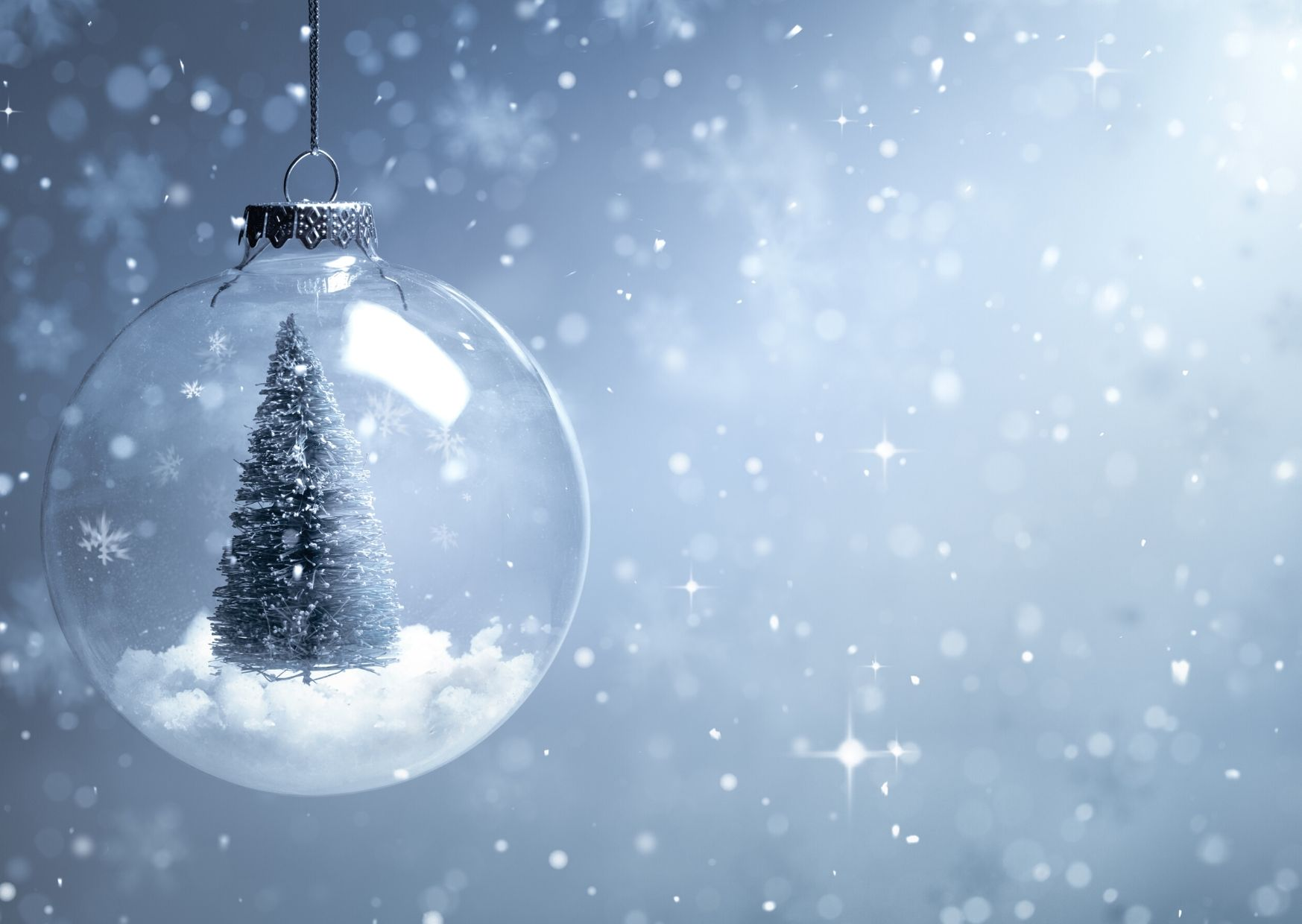 Bola de Navidad sobre fondo de nieve